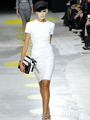 Белое платье из трикотажа