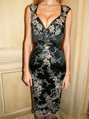 Платье украшенное кружевом