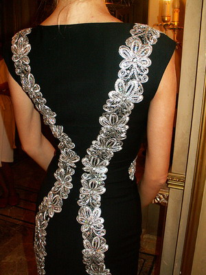 Белое кржево на черном платье