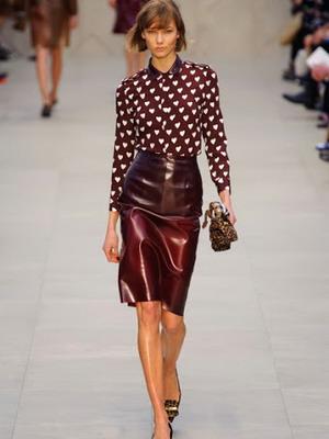 Стильная юбка из лакированной кожи 2016