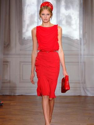 С чем носить красное платье в 2016 году?