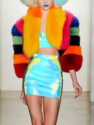 Модные разноцветные модели шуб с яркими полосками