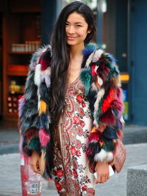 Модные разноцветные модели шуб с яркими пятнами