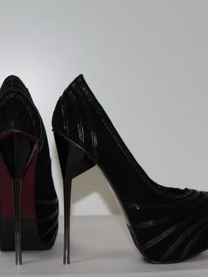 Классика - черные туфли на шпильке