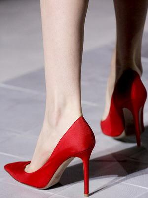 Красные туфли на шпильках 2016