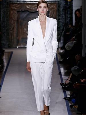 Мужская одежда для женщин: белый смокинг