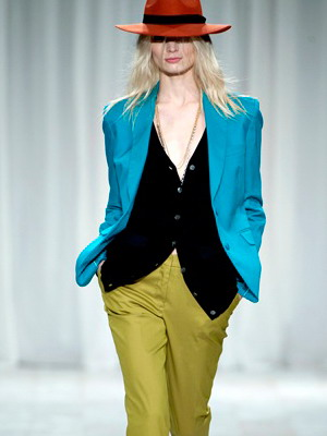 Женские костюмы в мужском стиле: голубой