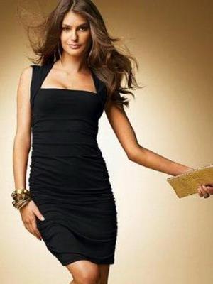 Маленькое черное платье с акцентом на грудь