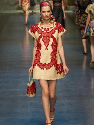 Правильное сочетание вечернего и народного стиля в платьях