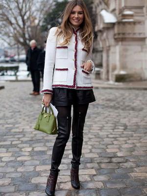 Кожаные шорты в сочетании с кардиганом