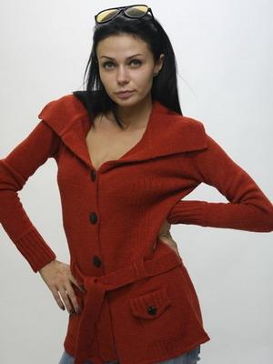 С чем носить красную кофту