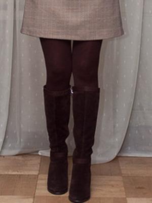 Матовые коричневые колготки и замшевые сапожки