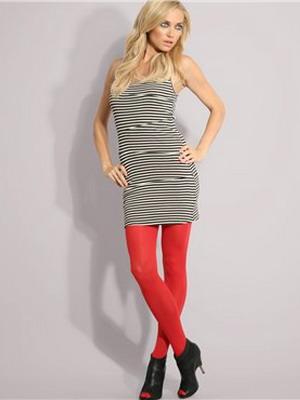 фото стильного образа с красными колготками