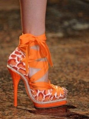 Оранжевые туфли задают тональность образу