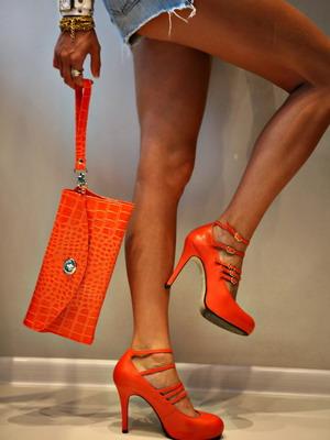 Оранжевые туфли задают образ