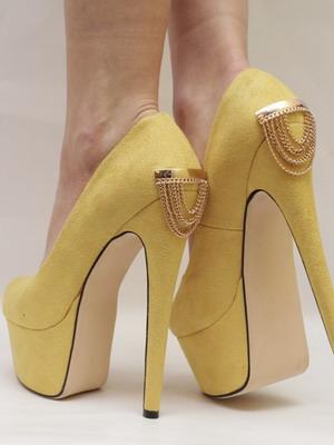 Желтые туфли на высоком каблуке