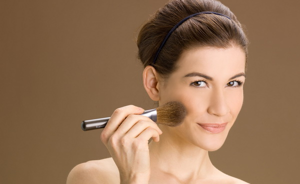 Вечерний макияж -  подчеркнуть линию скул румянами