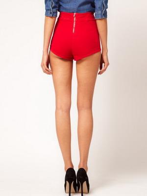 Короткие высокие модели красных шорт