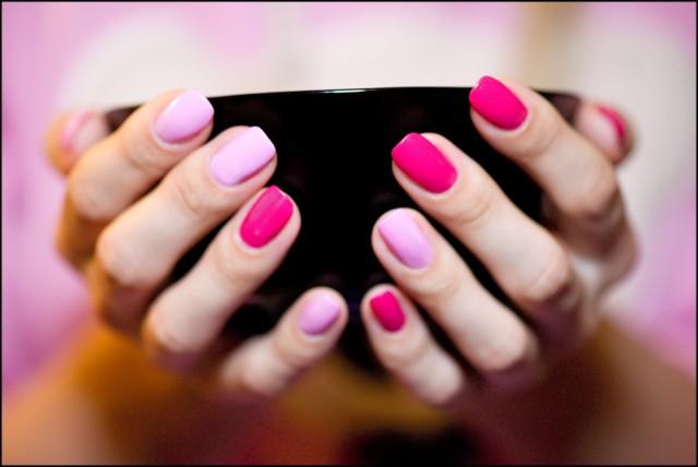 Ногти накрашены тремя цветами