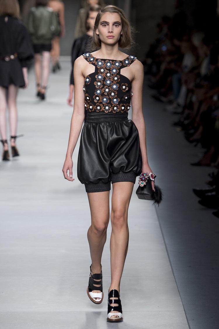 Кожаные шорты - мода весна-лето 2021