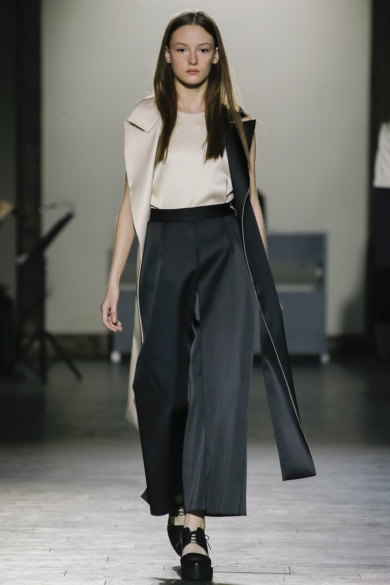Женские брюки свободного кроя весна-лето 2016 года