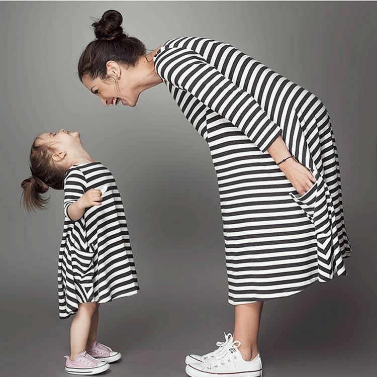 Модные одинаковые платья для мамы и дочки в трикотаже