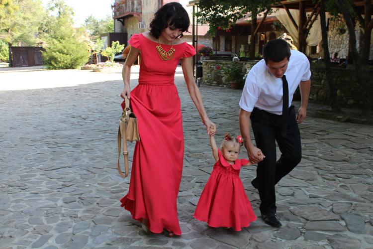 Одинаковые платья для мам и дочек в красном цвете